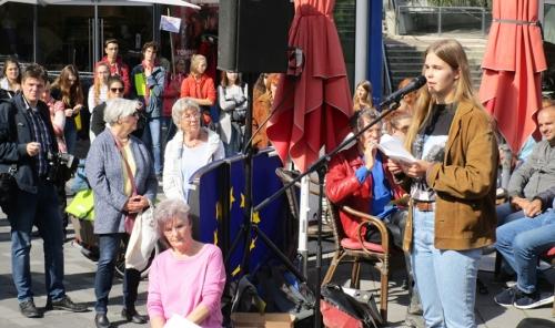 Schülerin Luise Schnatz (rechts, ALS) bei ihrer Ansprache.